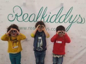 Niños sobre fondo Realkiddys