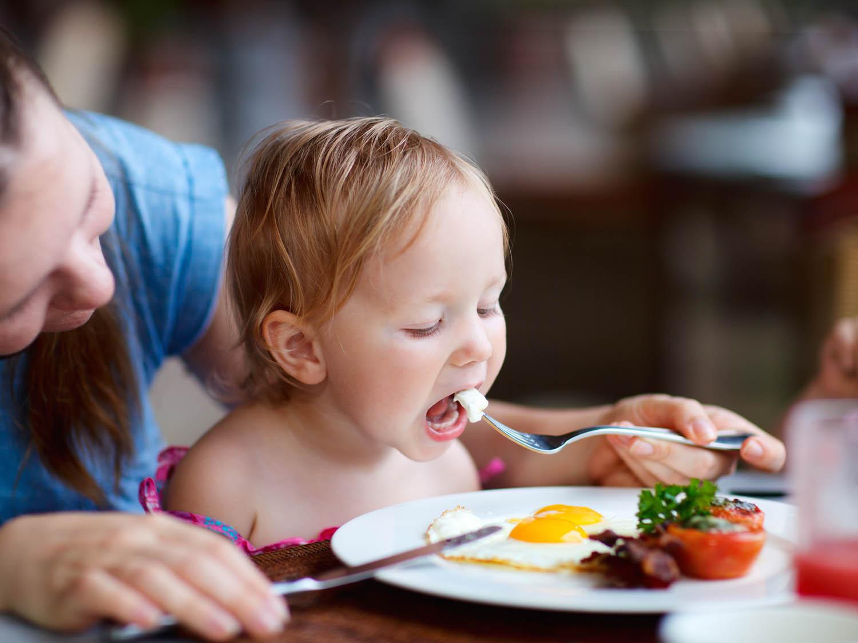 madre, hijo, restaurante, comer, femspacios