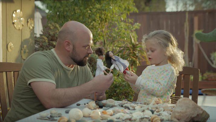 Papás que juegan con Barbie. Pero sus hijos no.