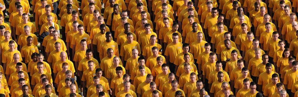 Grupo de gente con vestimenta amarilla