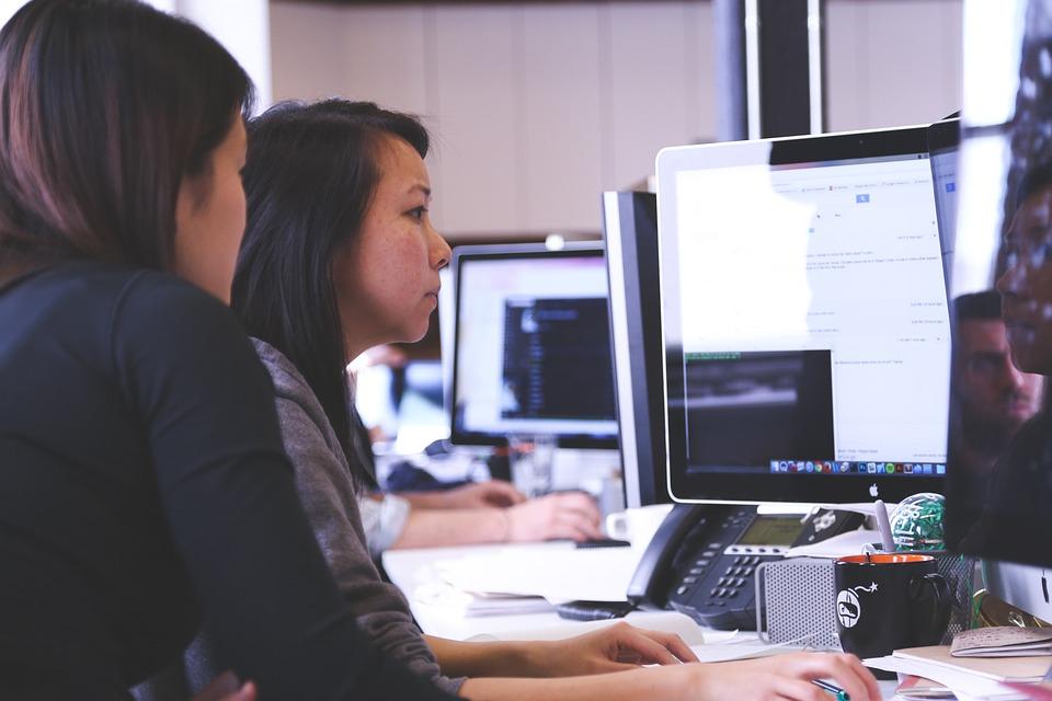 mujeres trabajando-género en la RSE-estereotipos