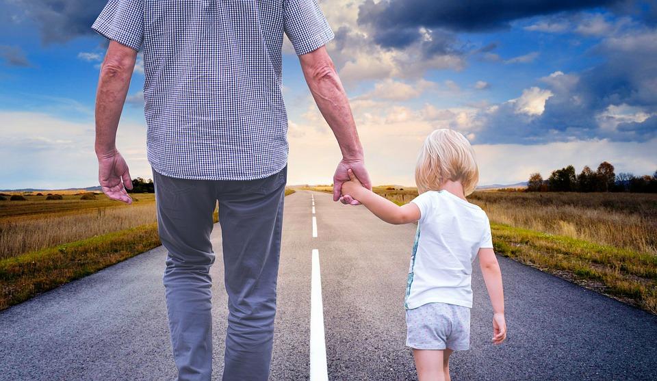 padre primerizo paseando con su hija