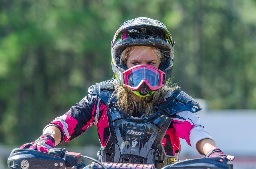 mujer-piloto-moto